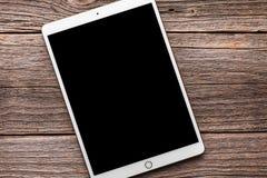 IPad赞成10 从苹果计算机公司的5英寸 在一张木表 免版税图库摄影