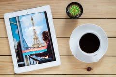 IPad 4 öppen Airbnb applikation fotografering för bildbyråer