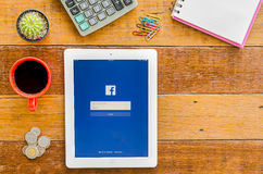 IPad 4 öppen Facebook applikation arkivbilder