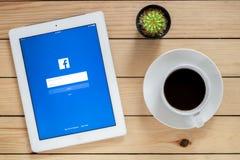 IPad 4 öppen Facebook applikation arkivbild