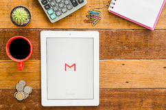 IPad 4 öppen Google Gmail applikation royaltyfria foton