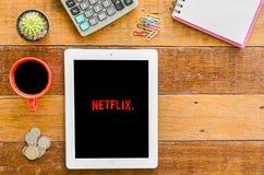 IPad 4 öppen Netflix applikation royaltyfri fotografi