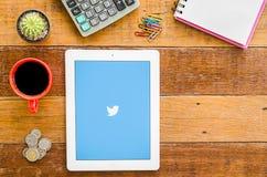 IPad 4 öppen Twitter applikation arkivfoto