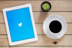 : Ipad 4 öppen Twitter applikation royaltyfri fotografi