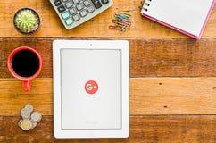 IPad 4 öppna Google plus applikation royaltyfri bild