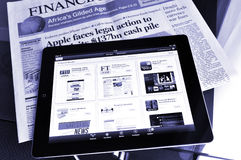 Ipad 4 με τις εφαρμογές χρηματοοικονομικών αγορών στους βράχους σε λόφο Στοκ φωτογραφίες με δικαίωμα ελεύθερης χρήσης