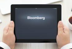 IPad с app Bloomberg в руках бизнесмена Стоковая Фотография