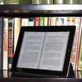 Ipad 2 d'Apple dans une bibliothèque moderne Images libres de droits