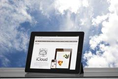 iPad 2 de Apple nas nuvens Fotos de Stock
