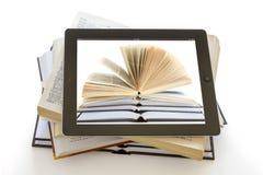 Ipad 3 mit Buchhintergrund auf geöffneten Büchern stockbild