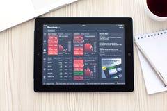 IPad avec APP Bloomberg est sur la table Images stock