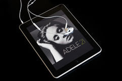 Ipad che gioca l'album 21 di Adele fotografia stock