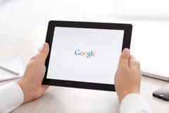 IPad con app Google en las manos de hombres Imagen de archivo