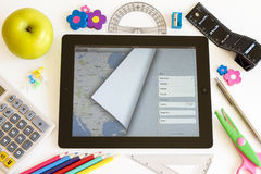 Ipad 3 con los mapas y los accesorios de la escuela Fotografía de archivo