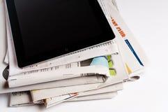 IPad con los periódicos Fotos de archivo libres de regalías
