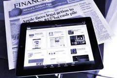 Ipad 4 con usos del mercado financiero en pedregal Fotos de archivo libres de regalías