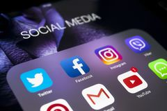 IPad d'Apple pro avec des icônes de facebook social de media, instagram, application de Twitter sur l'écran Style de vie de table Images libres de droits