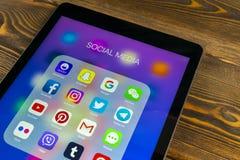 IPad de Apple favorable con los iconos del medios facebook social, instagram, gorjeo, uso del snapchat en la pantalla Medios icon Foto de archivo libre de regalías
