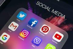 IPad de Apple favorable con los iconos del medios facebook social, instagram, gorjeo, uso del snapchat en la pantalla Tableta que Fotos de archivo libres de regalías