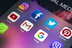 IPad de Apple favorable con los iconos del medios facebook social, instagram, gorjeo, uso del snapchat en la pantalla Tableta que Imagenes de archivo