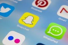 IPad de Apple favorable con los iconos del medios facebook social, instagram, gorjeo, uso del snapchat en la pantalla Tableta que Fotografía de archivo libre de regalías