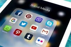 IPad de Apple favorable en la tabla de madera con los iconos del medios facebook social, instagram, gorjeo, uso del snapchat en l Imagen de archivo