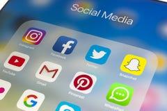 IPad de Apple favorable en la tabla de madera con los iconos del medios facebook social, instagram, gorjeo, uso del snapchat en l Fotografía de archivo libre de regalías