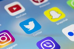 IPad de Apple pro com ícones do facebook social dos meios, instagram, gorjeio, aplicação do snapchat na tela Smartphone que começ Foto de Stock Royalty Free