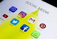 IPad de Apple pro com ícones de meios sociais na tela Estilo de vida do tablet pc Começando os meios sociais app Imagens de Stock