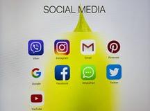 IPad de Apple pro com ícones de meios sociais na tela Estilo de vida do tablet pc Começando os meios sociais app Foto de Stock