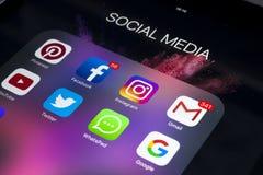 IPad de Apple pro na tabela de madeira com ícones do facebook social dos meios, instagram, gorjeio, aplicação do snapchat na tela Foto de Stock Royalty Free