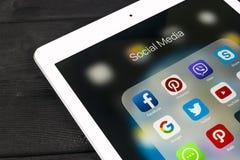 IPad de Apple pro na tabela de madeira com ícones do facebook social dos meios, instagram, gorjeio, aplicação do snapchat na tela Imagens de Stock Royalty Free