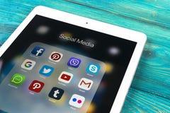 IPad de Apple pro na tabela de madeira com ícones do facebook social dos meios, instagram, gorjeio, aplicação do snapchat na tela Fotos de Stock Royalty Free