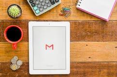 IPad 4 de open toepassing van Google Gmail royalty-vrije stock foto's