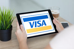 IPad della tenuta della donna pro con il visto di servizio di sistema di pagamento Immagini Stock Libere da Diritti