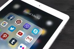 IPad di Apple pro sulla tavola di legno con le icone del facebook sociale di media, instagram, cinguettio, applicazione dello sna Fotografia Stock Libera da Diritti