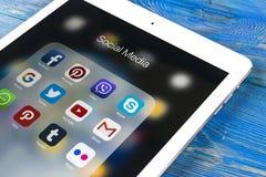 IPad di Apple pro sulla tavola di legno con le icone del facebook sociale di media, instagram, cinguettio, applicazione dello sna Immagine Stock