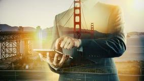 Ipad di San Francisco Golden Bridge Cityscape Businessman Doppia esposizione stock footage