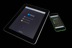 Ipad e un iphone 5C che lavora nella nuvola Immagini Stock Libere da Diritti