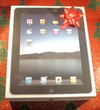 IPad im Kasten mit einem Feiertags-Geschenk-Bogen stockfotos