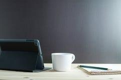 IPad-kortkort och kaffe på träskrivbordet Arkivbild