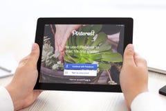 IPad met app Pinterest in de handen van mensen Royalty-vrije Stock Afbeeldingen
