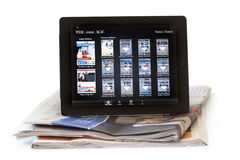 IPad met Online Krant Stock Foto