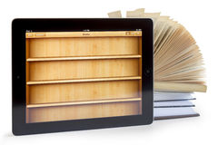 Ipad 3 mit Buchanwendung auf geöffneten Büchern lizenzfreies stockfoto