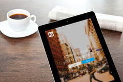 IPad mit LinkedIn auf dem Schirm im Büro stockfotos