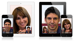 iPad novo 2 de Apple e chamada video do iPhone 4 Imagens de Stock