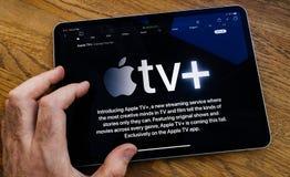 IPad pro Apple TV della lettura dell'uomo di POV più il flusso continuo del servizio fotografie stock libere da diritti