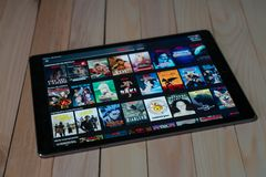 IPad Pro12 el nuevo producto de 9 tabletas de la manzana usando Netflix, Netflix es proveedor global de fluir películas y serie t foto de archivo libre de regalías