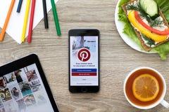 IPad Pro en iPhone met de sociale Internet-dienst Pinterest Royalty-vrije Stock Fotografie