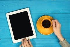 Ipad und Kaffee stockbilder